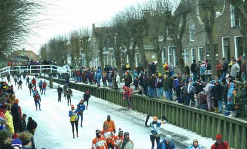 schaatsers en toeschouwers tijdens de laatste elfstedentocht in 1997