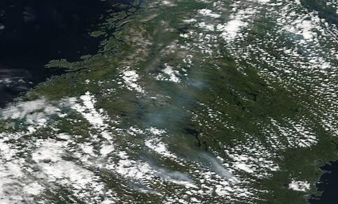 satellietbeeld met rookpluimen bosbranden zweden