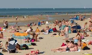 Veel mensen op het strand