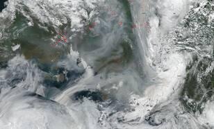 Satellietbeeld van 11 augustus van rook en bewolking in het noordpoolgebied.