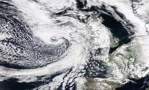Figuur 2: Zichtbaar-licht composiet satellietfoto van stormdepressie Hannah op 26 april 2019. Bron: NASA Worldview.