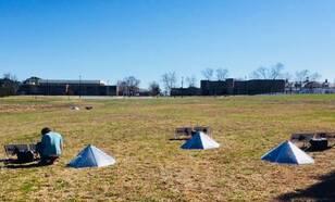 Een opstelling van een infrageluid array in de Amerikaanse staat Alabama voor de detectie van infrageluid van tornadoes. Onder de piramidevormige windschermen zijn infrageluid sensoren opgesteld.