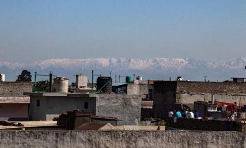 De Dhauladhar bergrug in de Himachal, april 2020, zichtbaar vanuit Jalandhar (Punjab). De afstand tot de bergen bedraagt ongeveer 200 km.