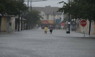 Wegen van de Amerikaanse stad Houston zijn overstroomd door extreme regen orkaan Harvey
