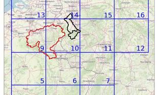 Onderzoeksgebied van de extreme regenval met in rood het stroomgebied van de Maas, zwart van de Ahr en de Erft en blauw een grotere West-Europese regio.