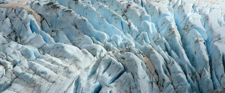 Crevasses van Raven Glacier, Zuid-Alaska, Verenigde Staten. Bron: Wikipedia, CC BY-SA 3.0 licentie.