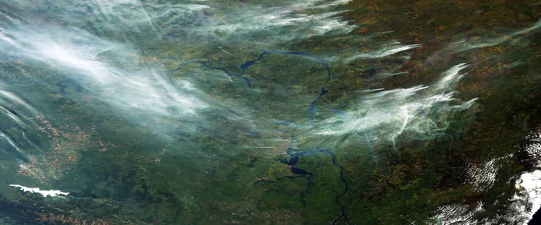 satellietbeeld met rookpluimen van bosbranden in siberie