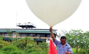 Oplating van een weerballon in Paramaribo voor een meting van de hoeveelheid ozon in de ozonlaag